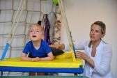Bauchlage mit Beschwerung Sandsack, Rumpfkontrolle/ posturale Kontrolle