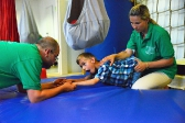 Bewegungsübergang von Bauchlage zum Vierfüßler und zum Kniestand